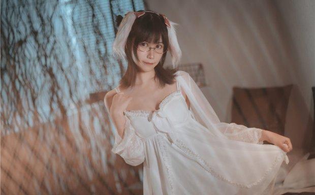 逐月su – 白色睡衣短裙兔子耳朵眼镜娘[28P/125M]